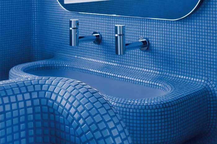 Wand- und Bodenbeläge aus Glasmosaik fürs Bad