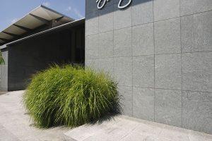 Natursteinplatte an öffentlichem Gebäude