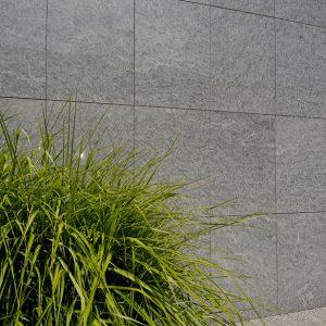 Natursteinplatten an Wand